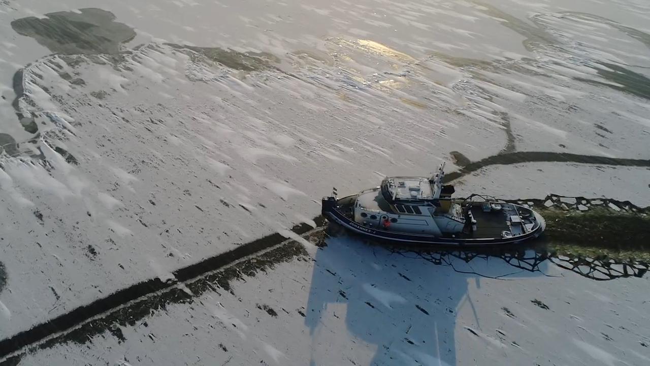 Dronebeelden tonen hoe ijsbrekers vaarweg IJsselmeer vrijmaken