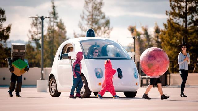 Zelfrijdende auto Google rijdt langzaam bij kinderen