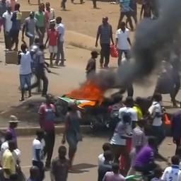 Video: Demonstranten in Kenia stichten brand en gooien met stenen