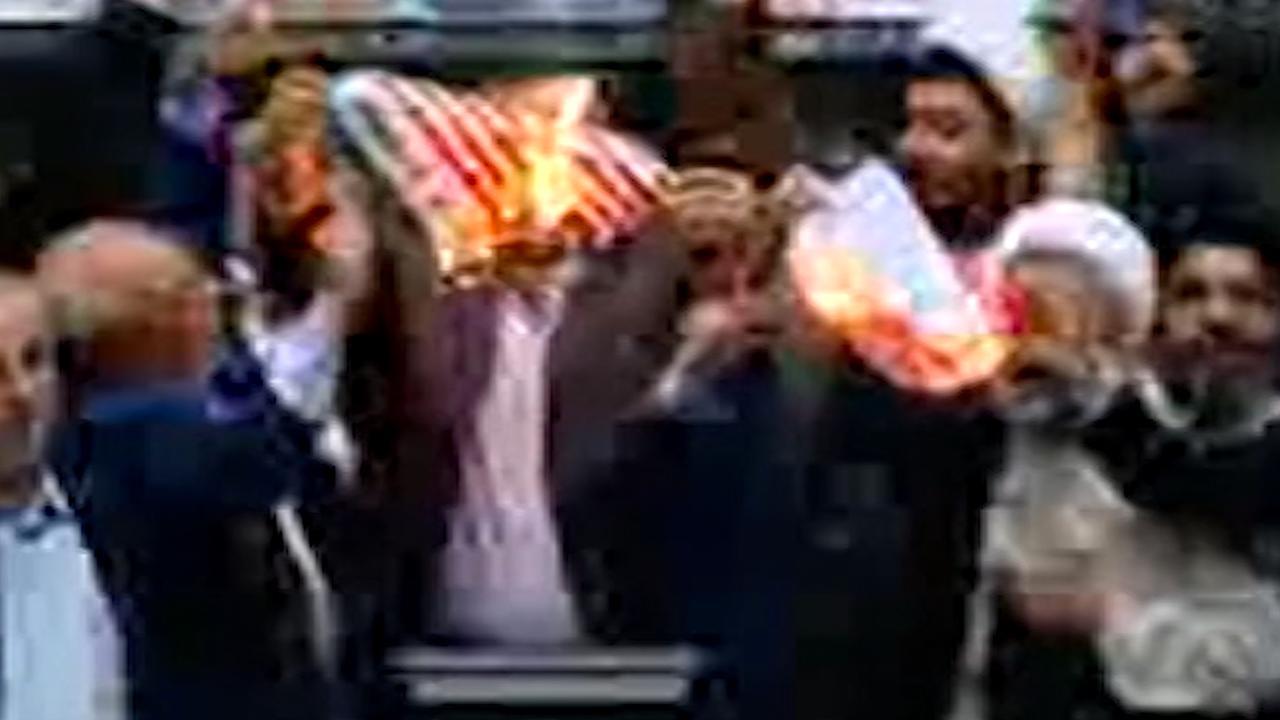 Iraans parlement steekt Amerikaanse vlag in brand