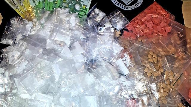Politie vindt harddrugs en tienduizenden euro's in kruipruimte woning
