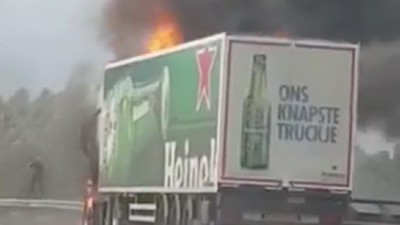 Vrachtwagen brandt uit op A2 bij Amsterdam