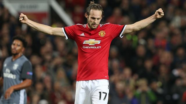 Trefzekere Blind en Manchester United met één been in achtste finales