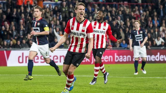 Tiental PSV blijft door thuiszege op Willem II in spoor Ajax