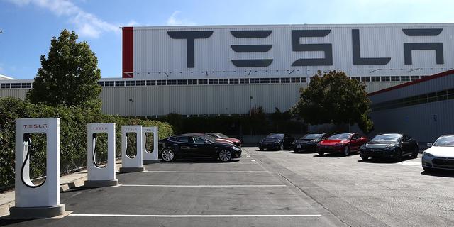 Heropening Tesla-fabriek zou tot honderden besmettingen hebben geleid