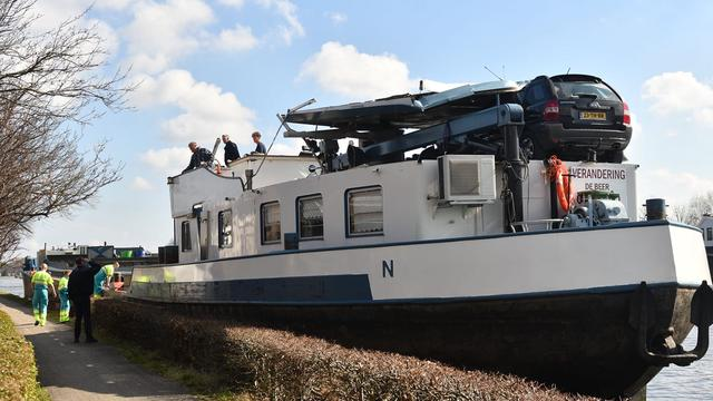 Vrachtschip ramt brugdek Albert Schweitzerbrug