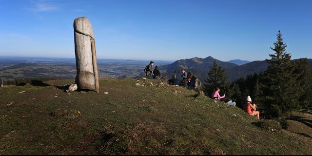 Duitse politie zoekt 2 meter hoge afgezaagde houten piemel