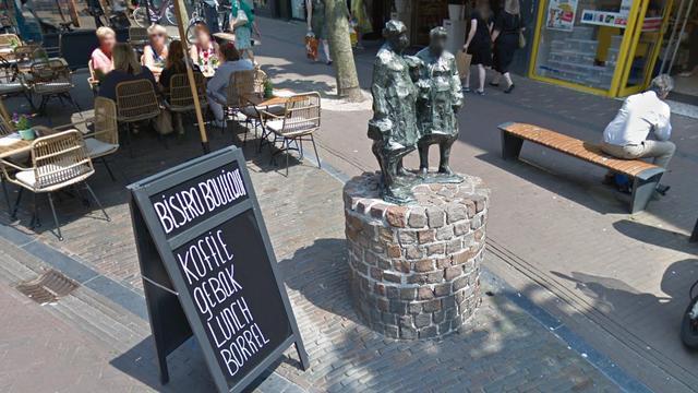 Bronzen beeld in Haarlemse winkelstraat zakt weg in zinkgat