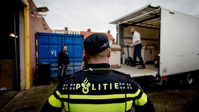 Fietser zwaargewond na botsing met politiebus in Amsterdam