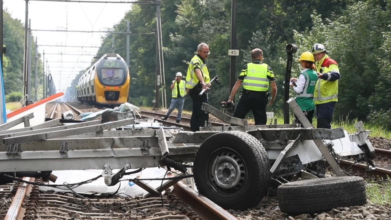 Hulpdiensten ter plaatse na botsing tussen trein en busje in Heiloo