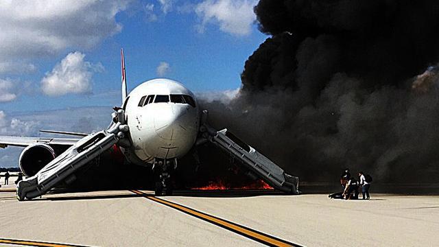 Brandend vliegtuig ontruimd op vliegveld in Florida