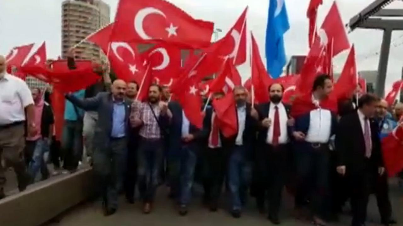 Honderden demonstreren in Rotterdam tegen coup Turkije