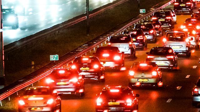 A15 tussen Leerdam en Arkel afgesloten na ongeluk.