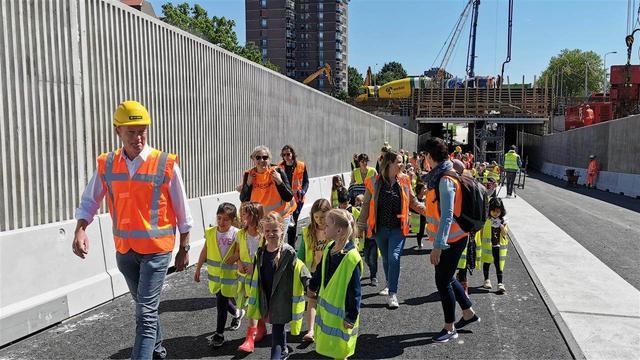 Leerlingen van de Driestam testen nieuwe tunnel Montgomerylaan
