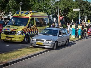 Scooterrijder nagekeken door ambulance