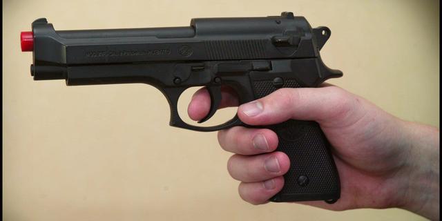 Twee jongemannen met nepwapen aangehouden op Nesciobrug