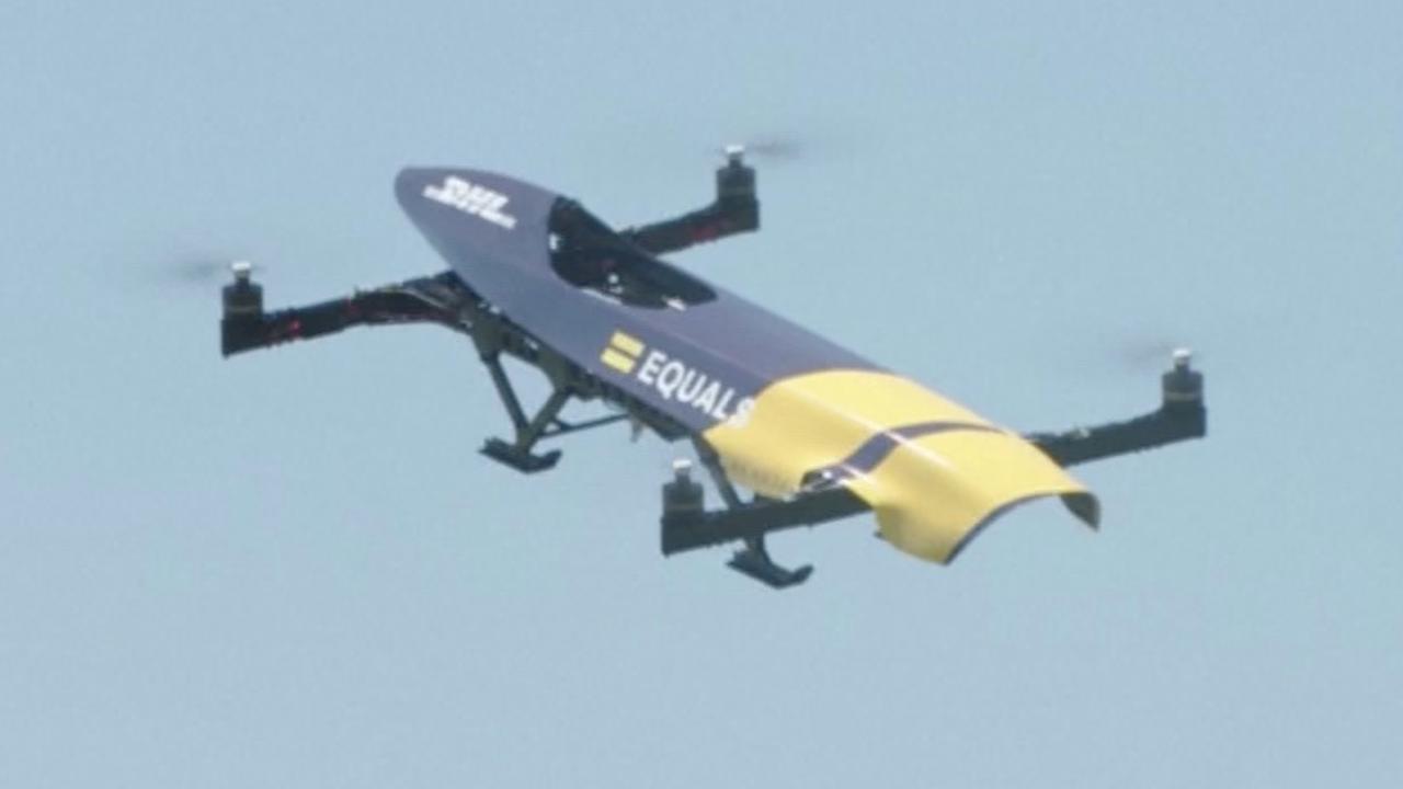 Vliegende raceauto is combinatie van F1-wagen en drone