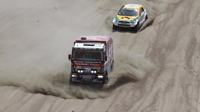 Uitgebrande vrachtwagen noopt Van den Brink tot opgave in Dakar Rally