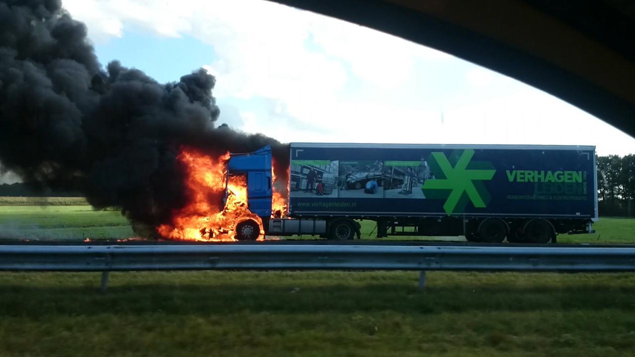Vrachtwagen rijdt in op file en vliegt in brand bij Joure