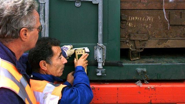 Marechaussee vindt negen illegale passanten tussen lading ovens