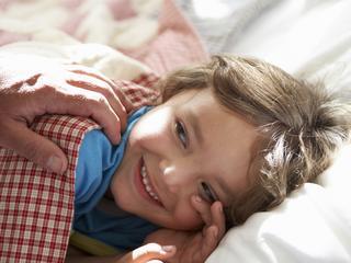 Niet kunnen slapen door zorgen om je gezin. Vooral ouders van pasgeboren baby's en kleine kinderen liggen 's nachts wakker.