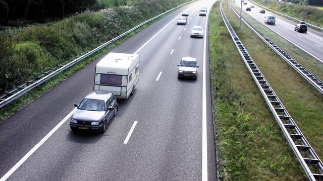 Rijstrook op A58 bij Etten-Leur tijdelijk dicht na auto die over de kop slaat