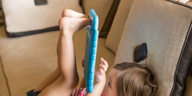 Muisarmpjes en tabletnekken: hoe komen kinderen de coronaschermtijd door?