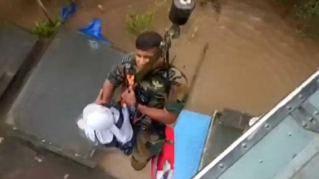 Leger hijst mensen uit overstroomd gebied India