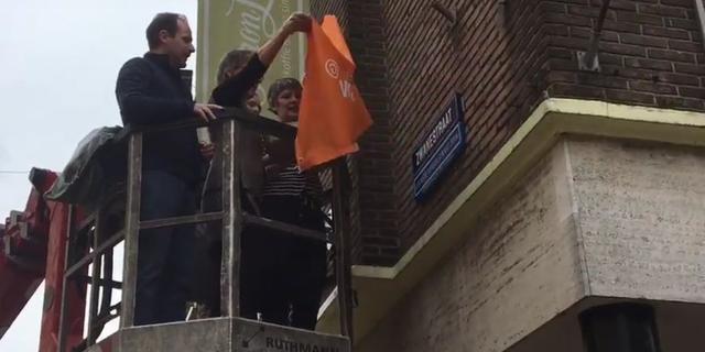 Wethouder onthult bord 'leukste winkelstraat van Nederland' in Zwanestraat