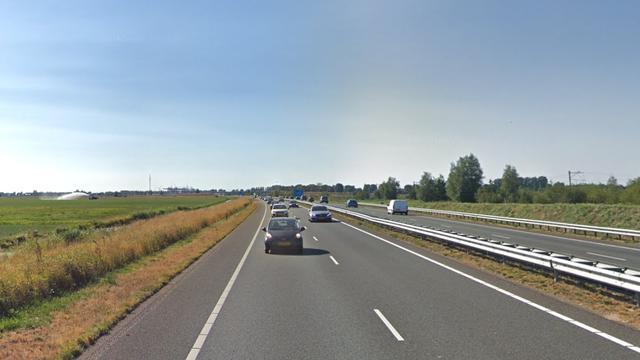 Auto raakt te water naast N11 richting Bodegraven