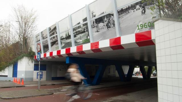 Historische foto's aangebracht op viaduct Prins Hendriklaan