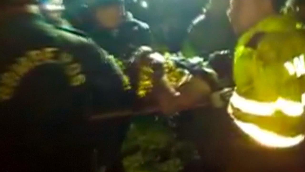 Reddingwerkers helpen overlevende na vliegramp Colombia