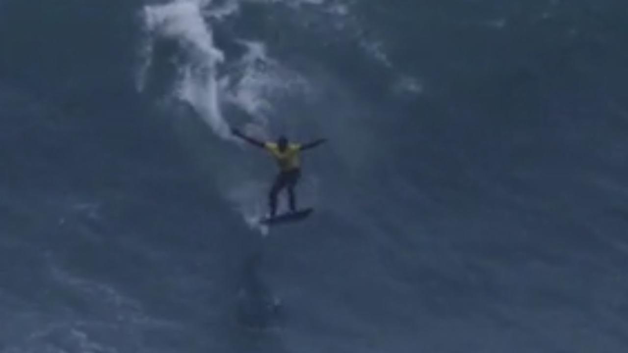 Surfer doet stunt op golf van 12 meter in Portugal