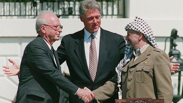 Vanavond op televisie: Handdruk Rabin/Arafat en Will Smith opgejaagd wild