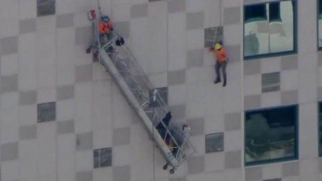 Amerikanen bungelen op grote hoogte nadat kabels bakje knappen