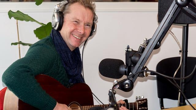 Poptroubadour Ed Citroen geeft weilandconcert