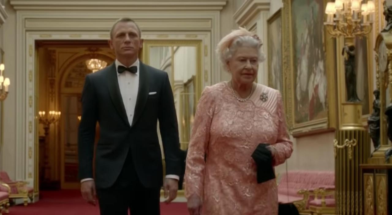 James Bond begeleidt The Queen naar Olympische Spelen