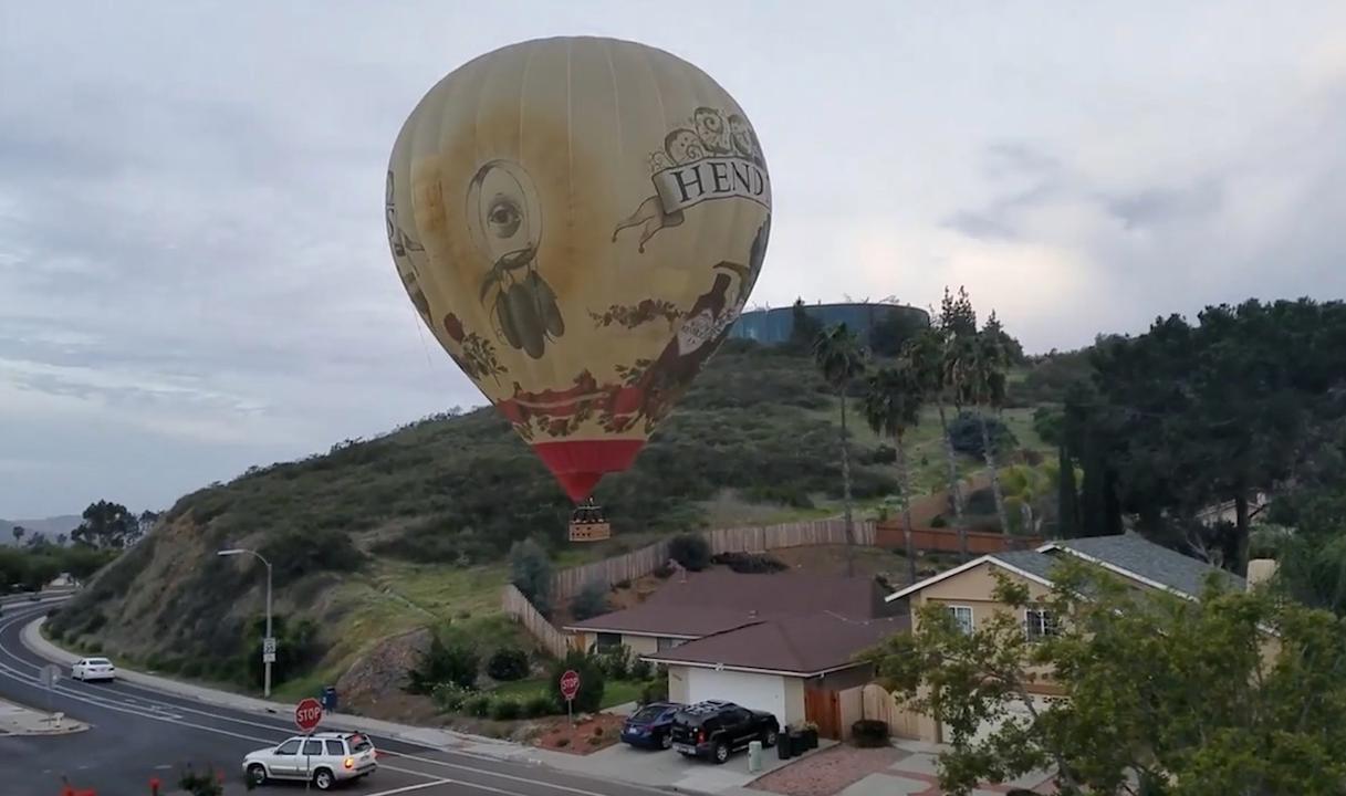Heteluchtballon maakt noodlanding in woonwijk San Diego