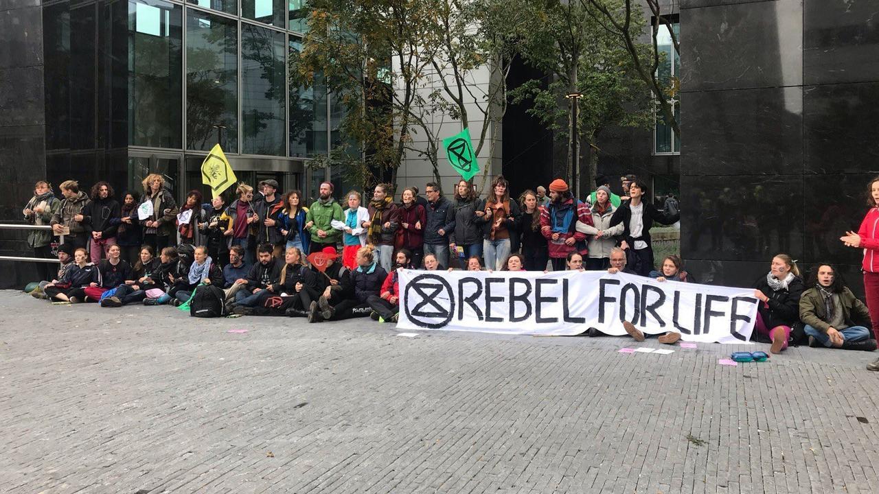 Honderden klimaatactivisten voeren actie op de Zuidas en in het Vondelpark