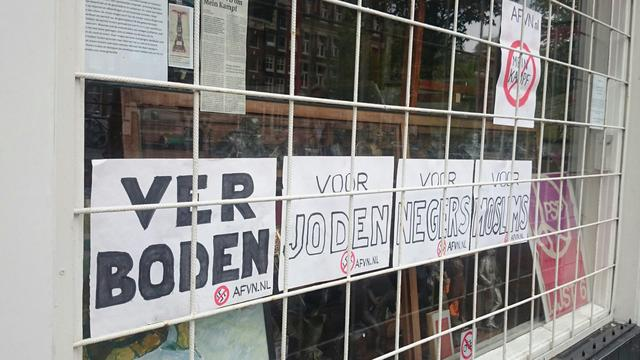 Amsterdamse galerie beplakt met 'verboden voor joden'-bordje