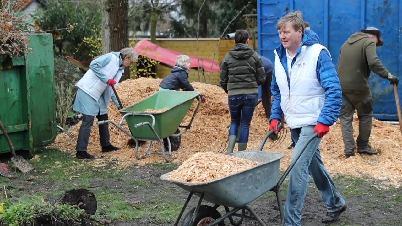 Koning steekt handen uit de mouwen voor vrijwilligersdag NLdoet