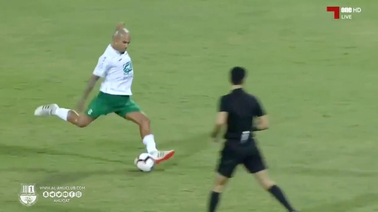 Nigel de Jong maakt prachtige goal tegen Sneijder in Qatar