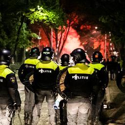 Twee ME'ers gewond bij onrust nabij stadion Doetinchem, zeven aanhoudingen