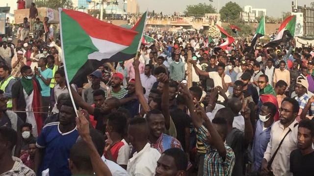 'President Soedan treedt onder druk van leger af, protest in hoofdstad'