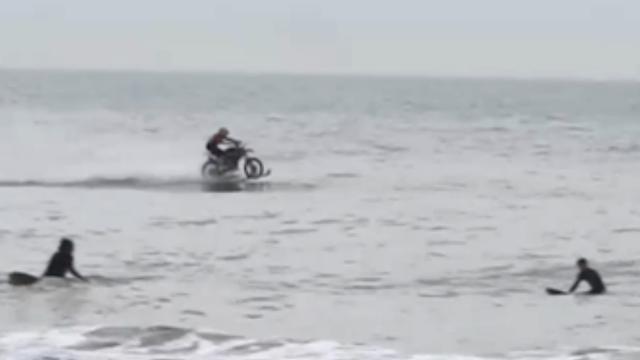 Australiër rijdt met motor op water bij pier in Scheveningen