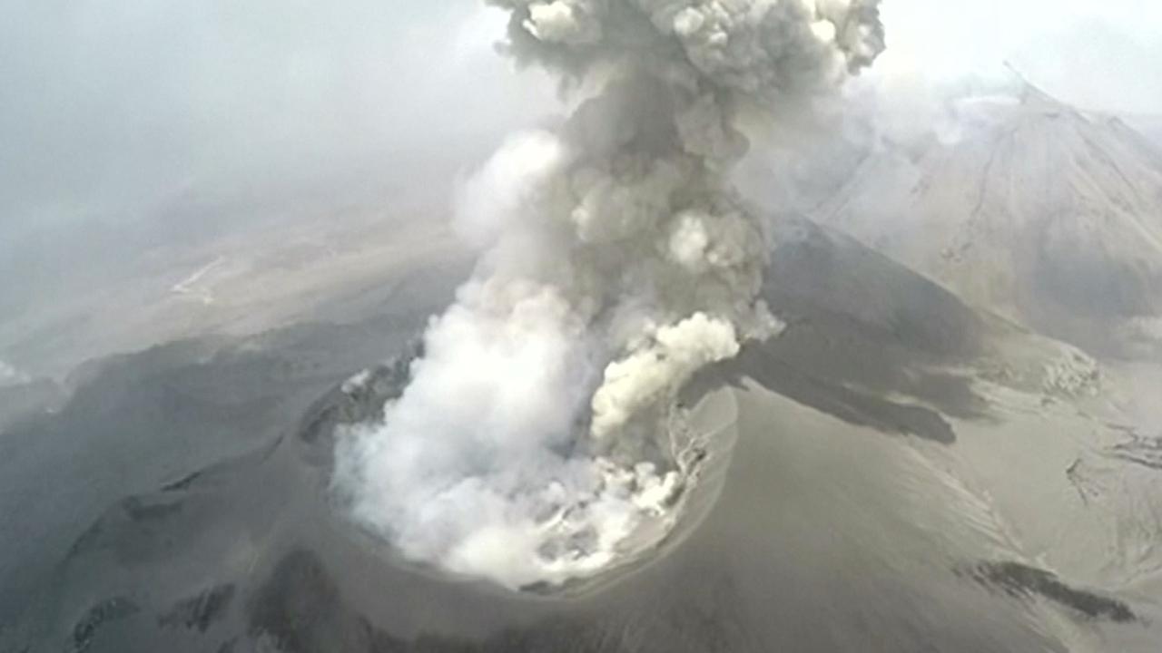 Drone filmt krater tijdens uitbarsting vulkaan Peru