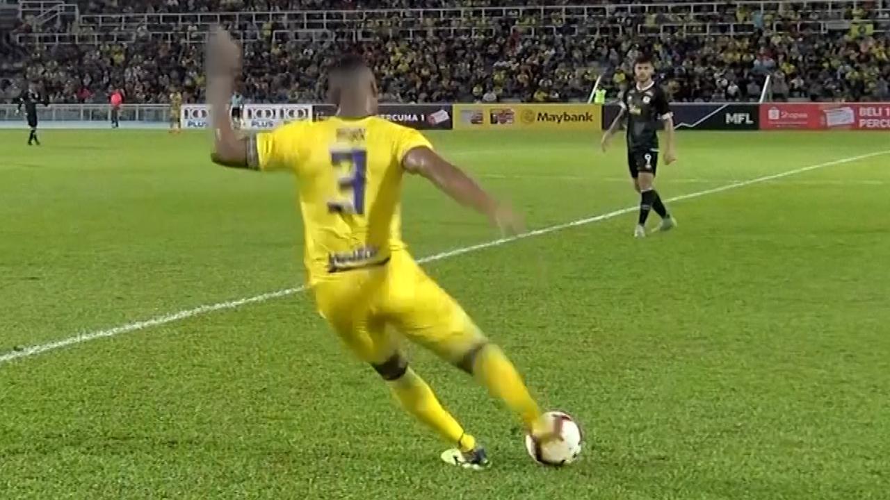 Verdediger scoort vanaf middenlijn met vrije trap in Maleisië