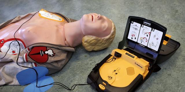 Discojeugd gebruikt AED in Heino als speelgoed