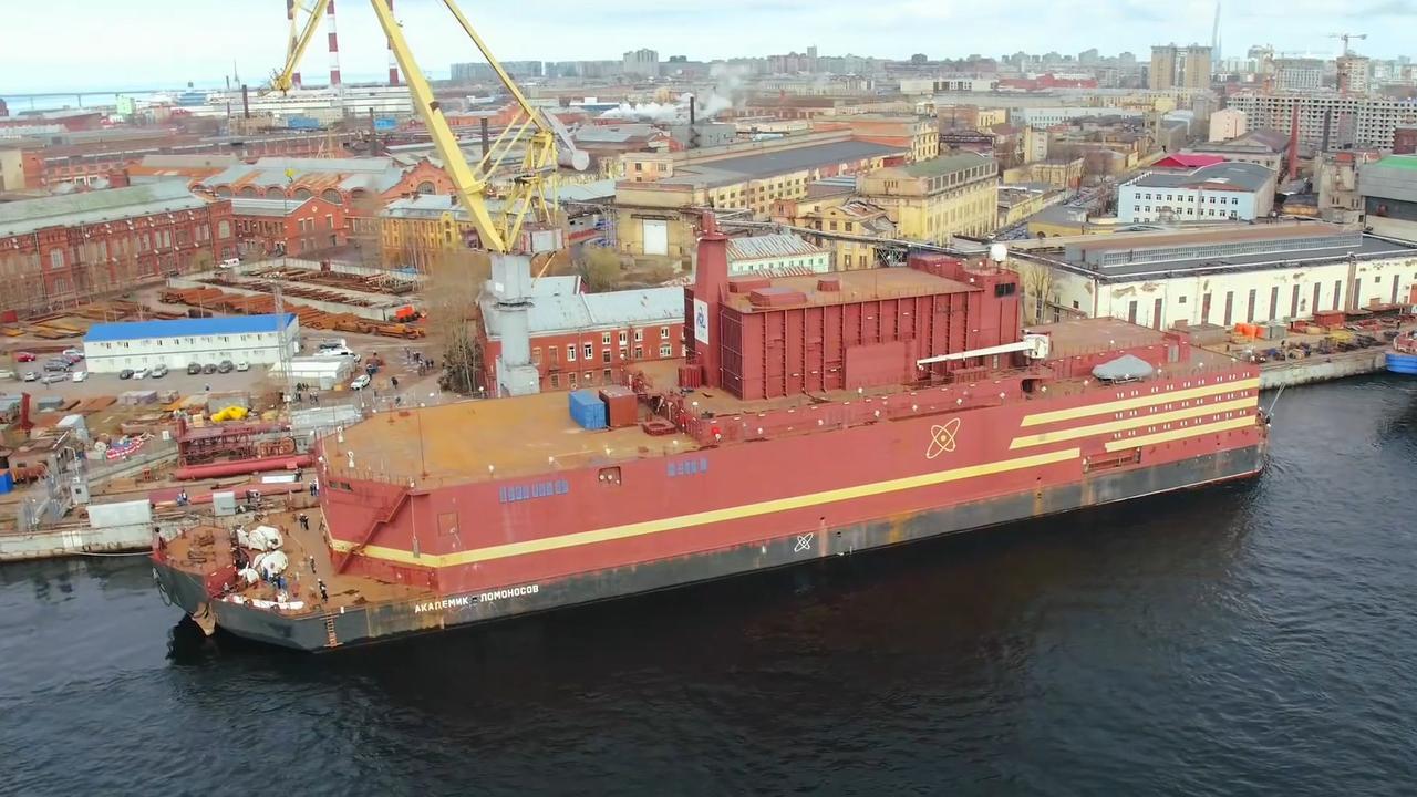 Controversiële drijvende kerncentrale verlaat haven Sint-Petersburg