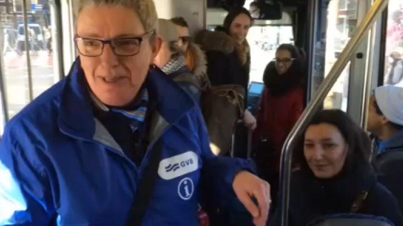 Gastvrouw rijdt mee op tram 5